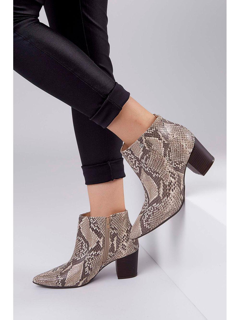 2573df790 Bota Ankle Boot Via Marte Bico Fino Cobra Animal Print Bege - pittol