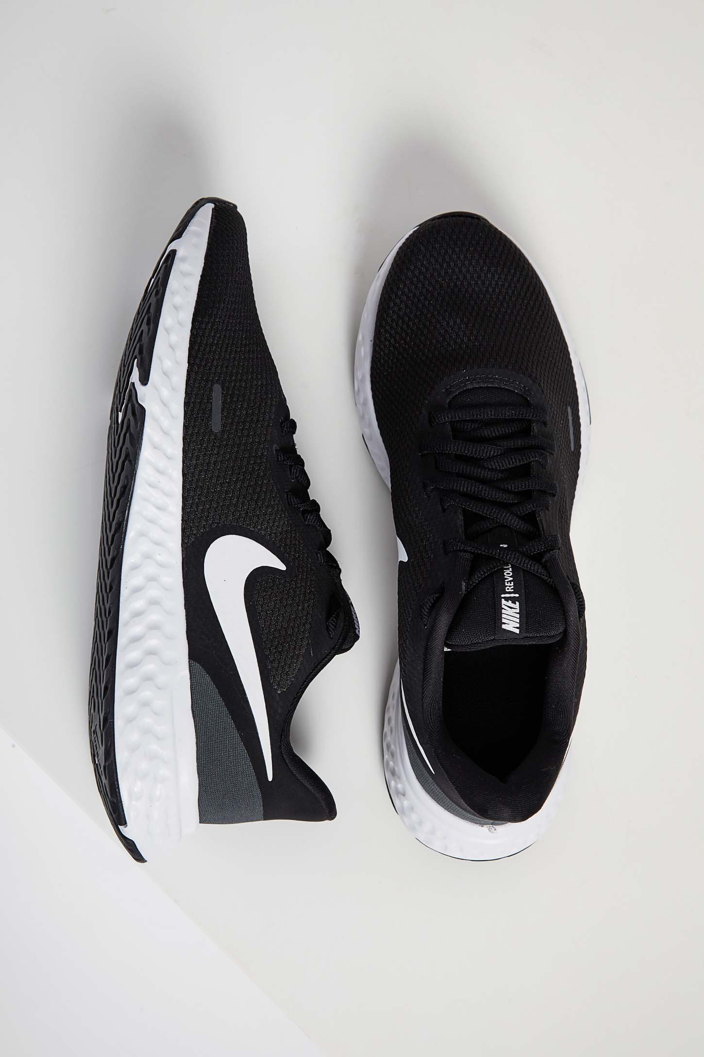Tenis-Corrida-Masculino-Nike-Revolution-5-Preto